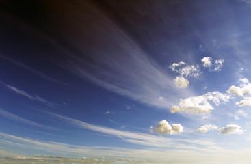 paisaje con nubes y cielo de atardecer