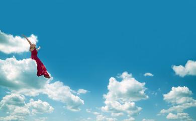 chica sentada en una nube.Concepto de felicidad y libertad