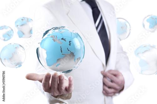 Hombre de negocios y mapa del mundo. Negocios y trabajo en red