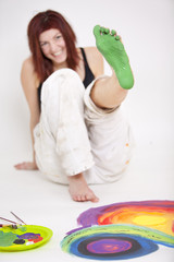 Malerin hat Fuß grün angemalt