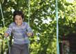 Enfant jouant à la balancoire