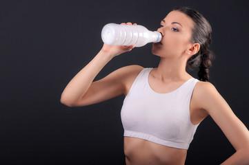 девушка пьёт из пластиковой ёмкости