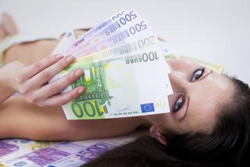 frau liegt am boden mit euro geldfächer in der hand