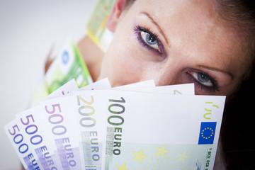 frau mit euro geldfächer