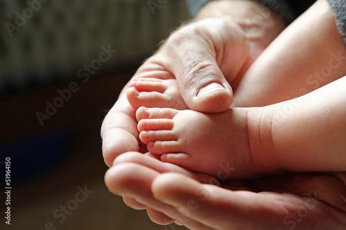 Babyfüße in den Händen
