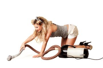 Pin-up Girl beim Staub saugen