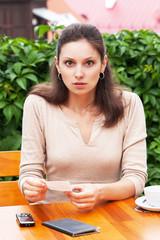 Девушка в кафе в шоке от суммы счета