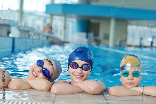 Spoed canvasdoek 2cm dik Wintersporten happy children group at swimming pool