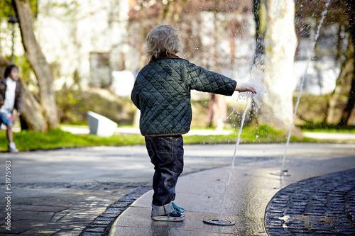 chłopiec z wodą - 51975983