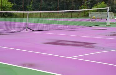 Terrain de tennis rose après la pluie