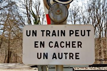 Un train peut en cacher un autre.