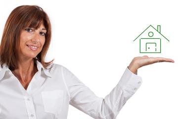 Donna con la casa sul palmo della mano