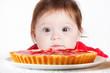 bambina osserva crostata di fragole