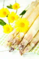 Weisser Spargel mit Blumendeko