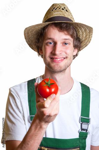 Gärtner präsentiert seine Tomate
