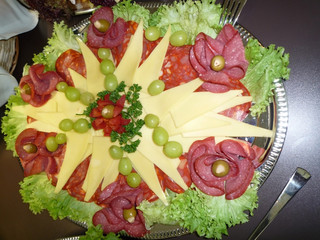 Reichhaltige Kaltplatte, Käse, Wurst, Schinken
