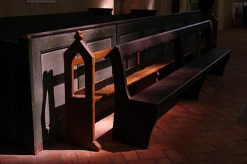 古い教会の長椅子