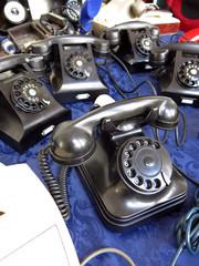 Vecchi telefoni con filo e cornetta