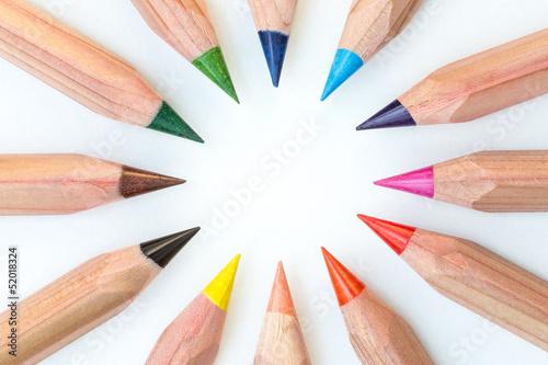 Buntstifte angeordnet im Kreis in bunten Farben