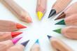 kreisförmige Buntstifte in verschiedenen Farben