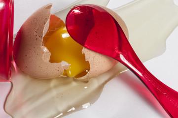 zerbrochenes Ei mit Eierlöffel
