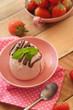 Panna cotta mit Schokolade und Erdbeeren