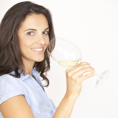 Frau mit Glas Weisswein