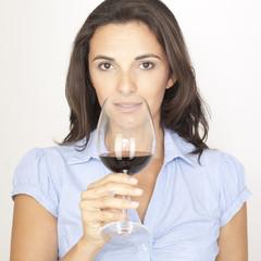 Attraktive Frau mit Glas Rotwein