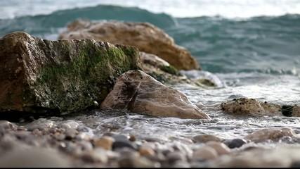 vague sur la plage de galet