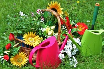 Gießkannen mir Blumen