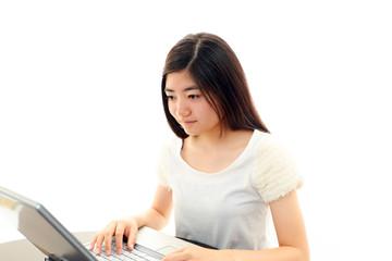 パソコンで勉強をする女の子