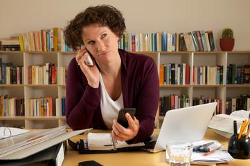 junge Frau beim telefonieren im Büro