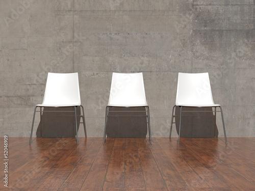 weisse st hle vor betonwand stockfotos und lizenzfreie. Black Bedroom Furniture Sets. Home Design Ideas
