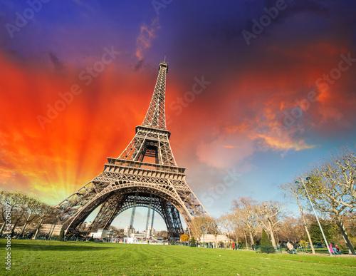 Paryż, Francja. Wspaniały widok z Wieży Eiffla z ogrodami i współpracy