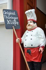 Koch mit Schild Thüringer Klöße