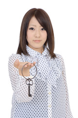 鍵を持つ女性
