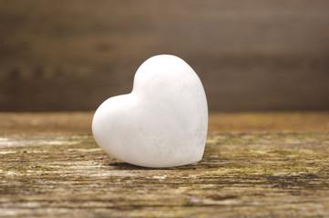 Weißes Herz aus Stein