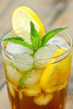 Verre avec du thé glacé et citron de près