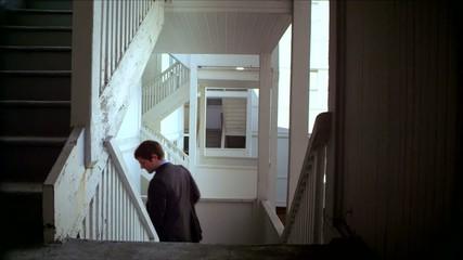 мужчина в костюме спускается по лестнице
