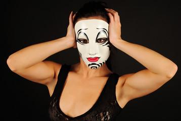 Modelo con máscara artística