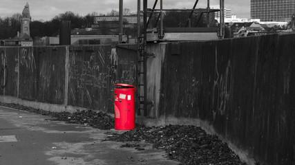 Roter Ascheimer an Mauer