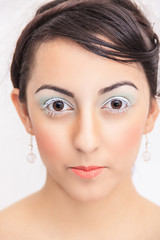 braunhaarige, junge Frau mit hellem Make-up