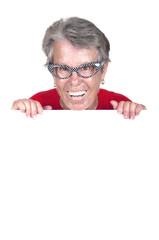 Femme âgée avec un panneau blanc