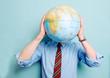 Mann versteckt sich hinter Globus