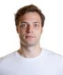 Passfoto eines jungen Mannes im weissen Shirt