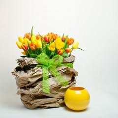 Tulpen Dekoration mit Vase in Gelb