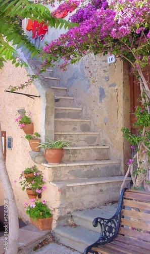 Zdjęcia na płótnie, fototapety na wymiar, obrazy na ścianę : Scorcio di vicolo caratteristico con fiori