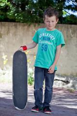 Jeune garçon et son skateboard