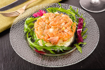 Salmon tartar with salad