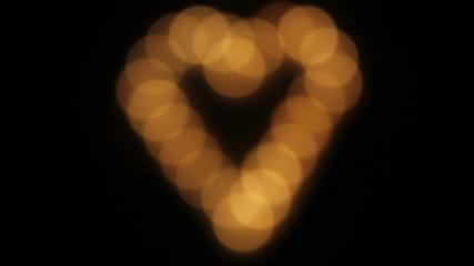 Enfocando un corazón hecho con velas